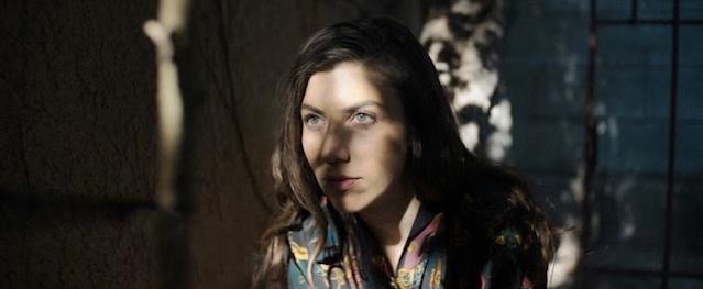 Julia Holter despliega melancolia en su nueva canción