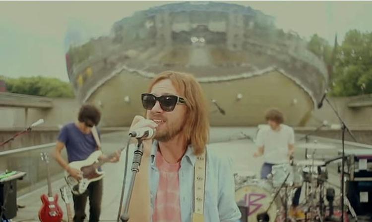 """Tame Impala tocan """"Let It Happen"""" frente a una cúpula de espejos geodésica"""