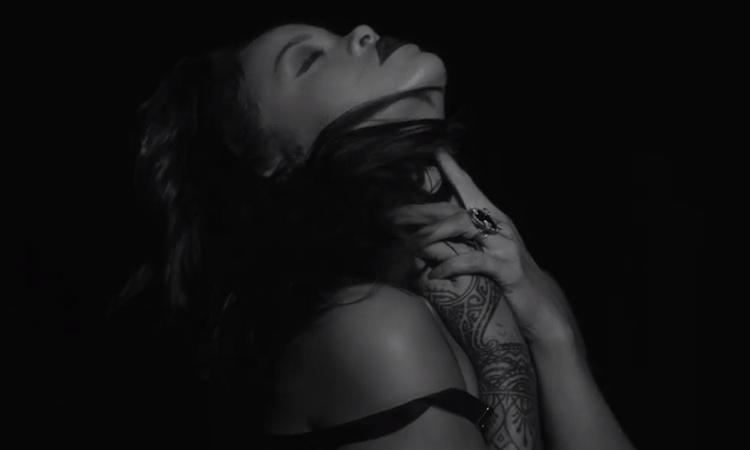 """Rihanna estrena un sobrio y elegante videoclip para """"Kiss It Better"""""""