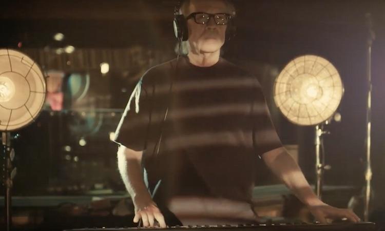 """John Carpenter se dirige a sí mismo en el vídeo de """"Distant Dream"""""""