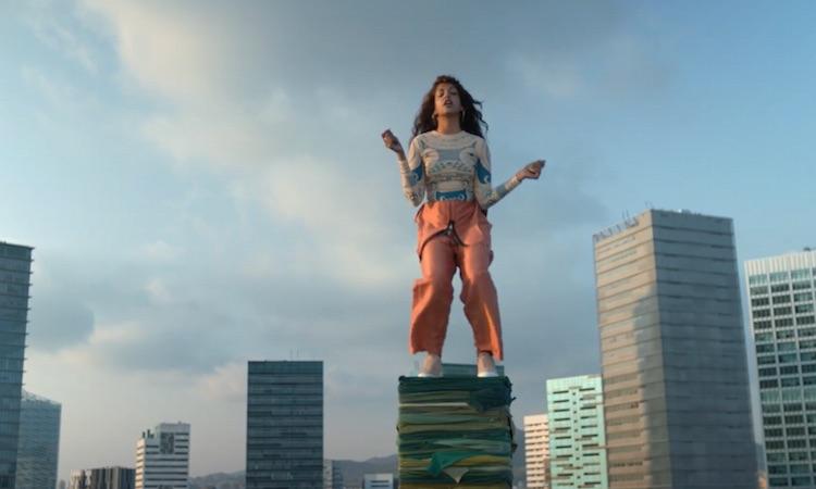 M.I.A. se sube a montones de ropa para concienciar sobre el reciclaje