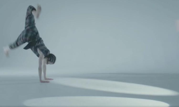 La música de Underworld retuerce el cuerpo a una bailarina en su nuevo vídeo