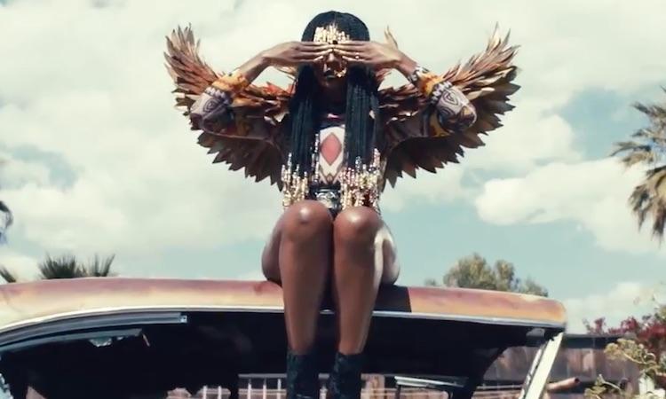 D∆WN se viste de ave fénix dorado en su nuevo videoclip