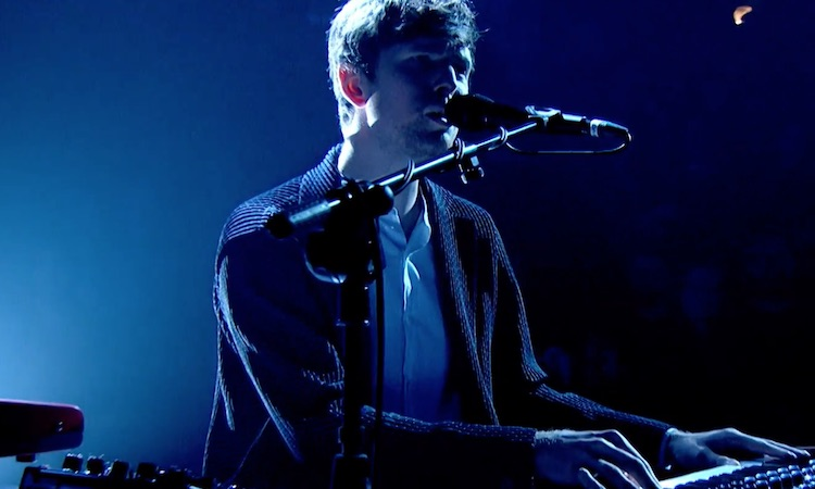 "James Blake interpreta en vivo ""Radio Silence"" en la tele británica"