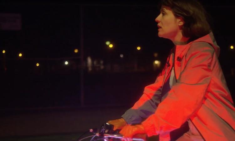 Jessy Lanza pasea en bicicleta con luces de colores