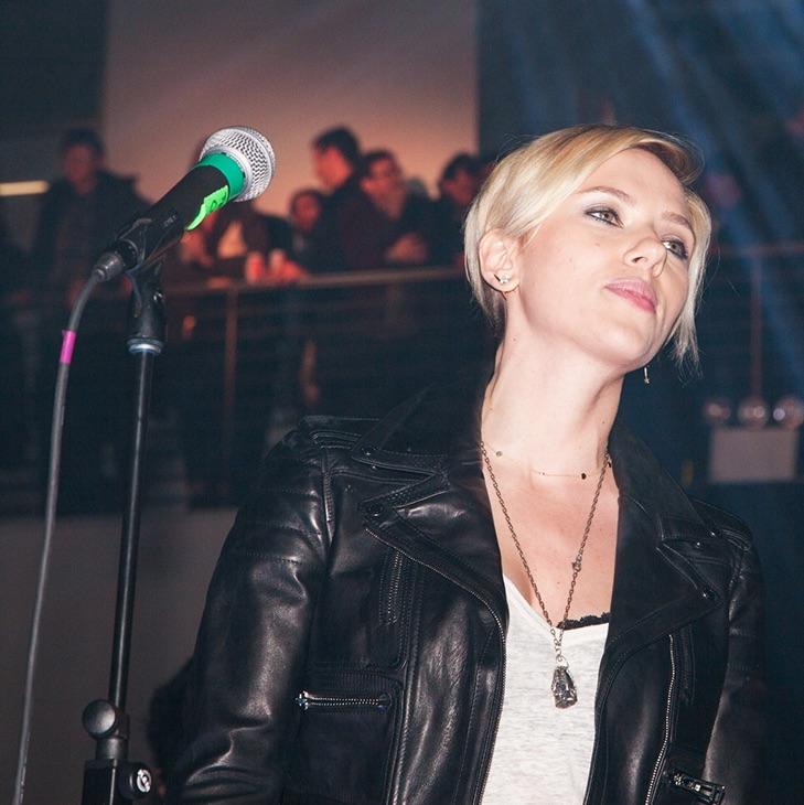 """Scarlett Johansson y su nueva banda versionan """"Bizarre Love Triangle"""" de New Order"""