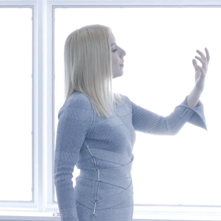 La princesa dark wave Austra comparte su nuevo disco una semana antes