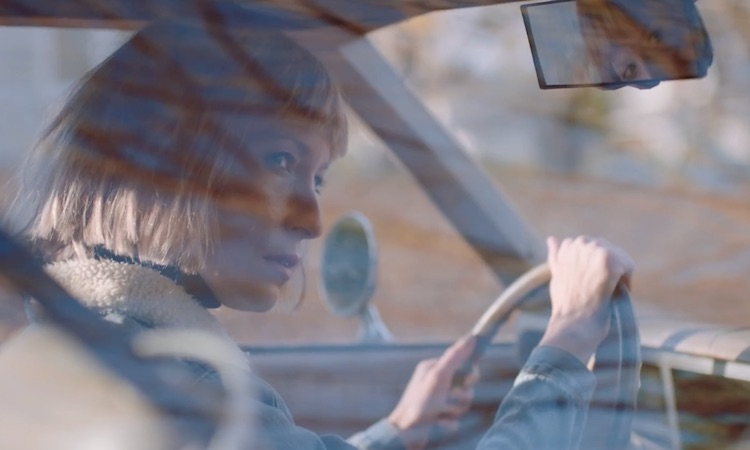 Metronomy queman un coche vintage para el vídeo de su colaboración con Robyn