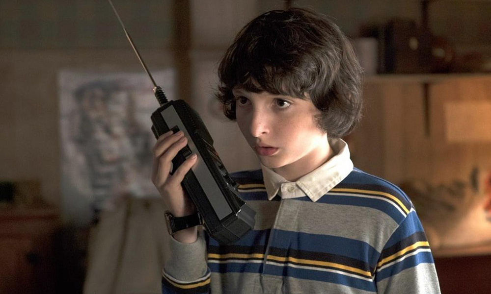 "Mike de ""Stranger Things"" desafina cantando New Order en un recital benéfico"